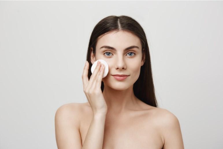 pulizia del viso con dischetto